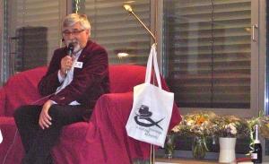 10 Jahre Essener Krimi-Couch! Gastgeber Steffen Hunder begrüßt die Gäste.